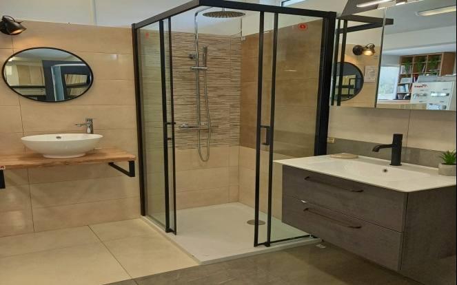 Sanitarije_i_sanitarne_potrepstine_Latrina Tuš kade za kupaonicu u različitim dimenzijama Latrina